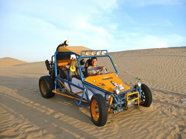 alex dans la buggy sandboarding oasis Huacachina pérou