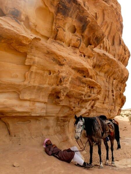 bedouin et cheval wadi rum