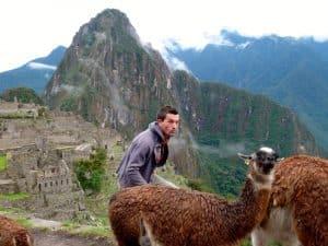 alex avec lama du machu picchualex avec lama du machu picchu