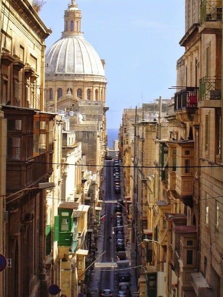 Les rues de La Valette, bordées de bâtiments historiques imposants.